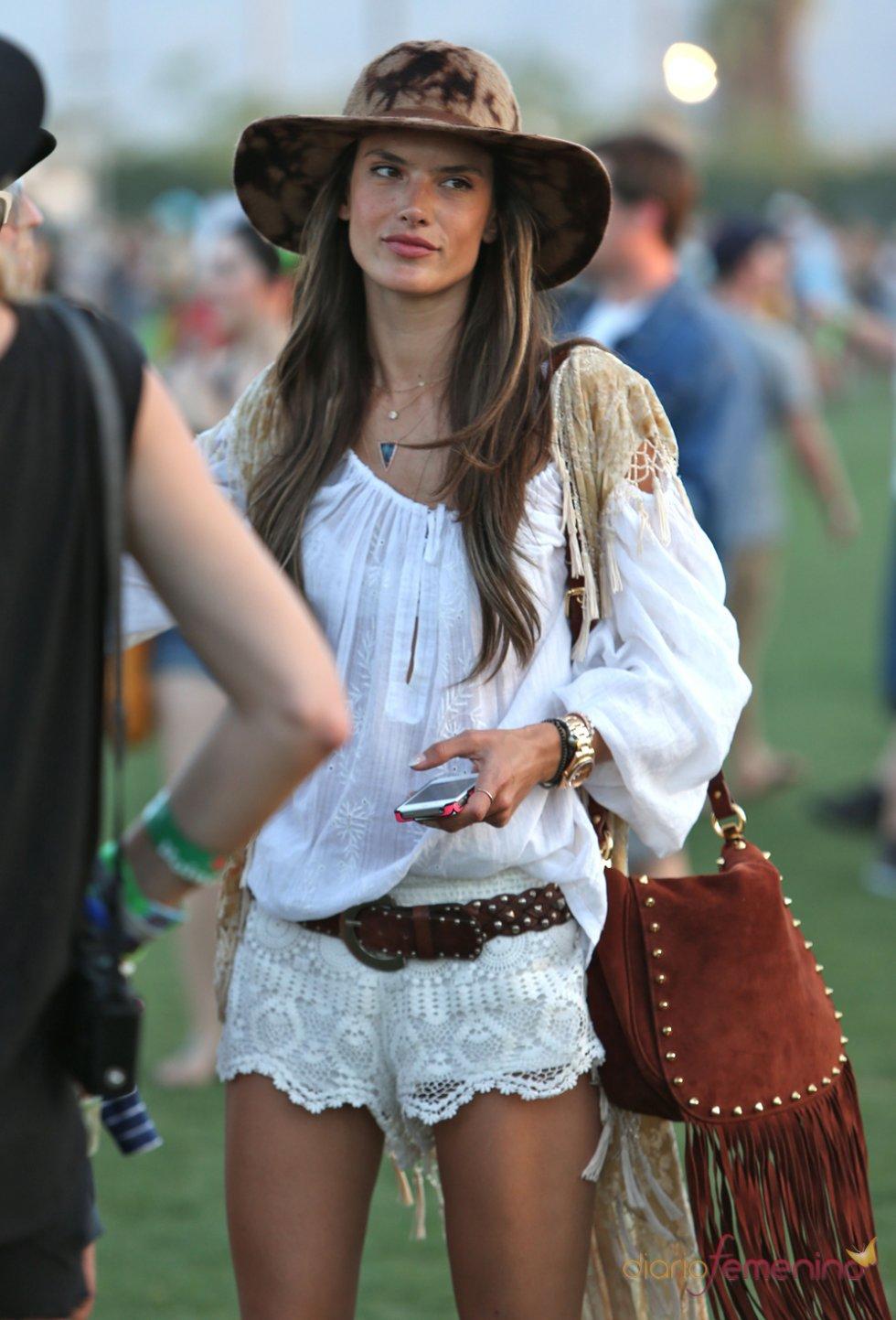 Alessandra Ambrosio posando en el Festival Coachella 2013