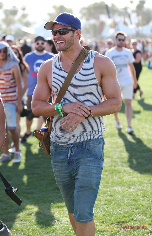 Kellan Lutz deja los focos por un día para disfrutar del Festival Coachella 2013