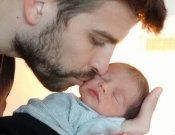 Una tierna foto de Gerard Piqué besando a su hijo Milan