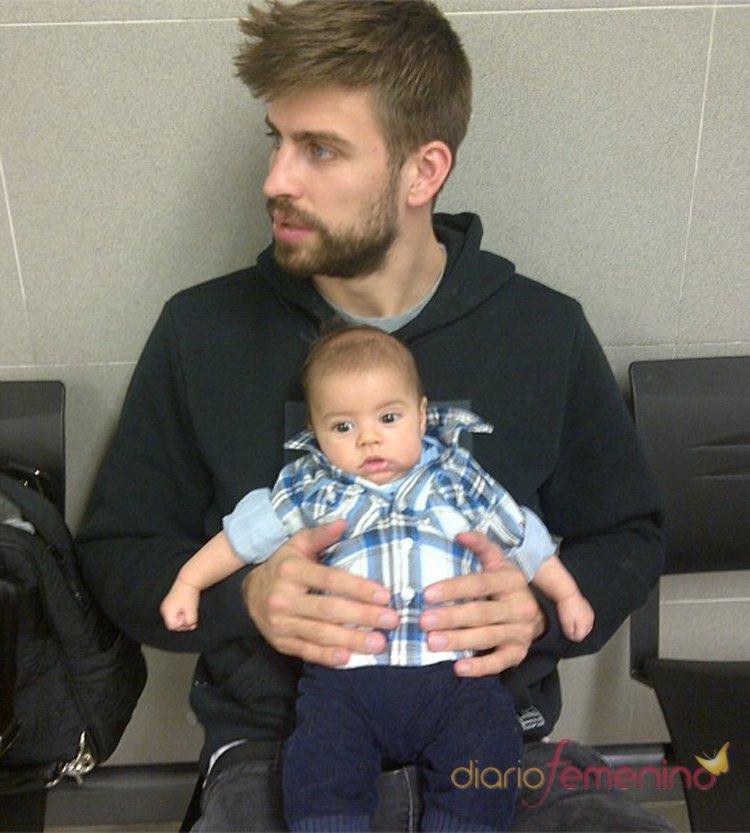 Gerad Piqué ejerce de padre y lleva a su hijo Milan a sacarse el pasaporte