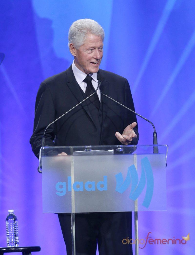 El ex presidente de Estados Unidos Bill Clinton, recoge un premio en la gala Glaad 2013