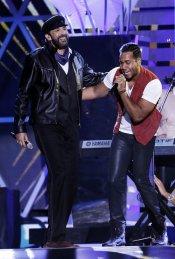 Juan Luis Guerra y Romeo Santos durante su actuación en los Billboard Latinos 2013