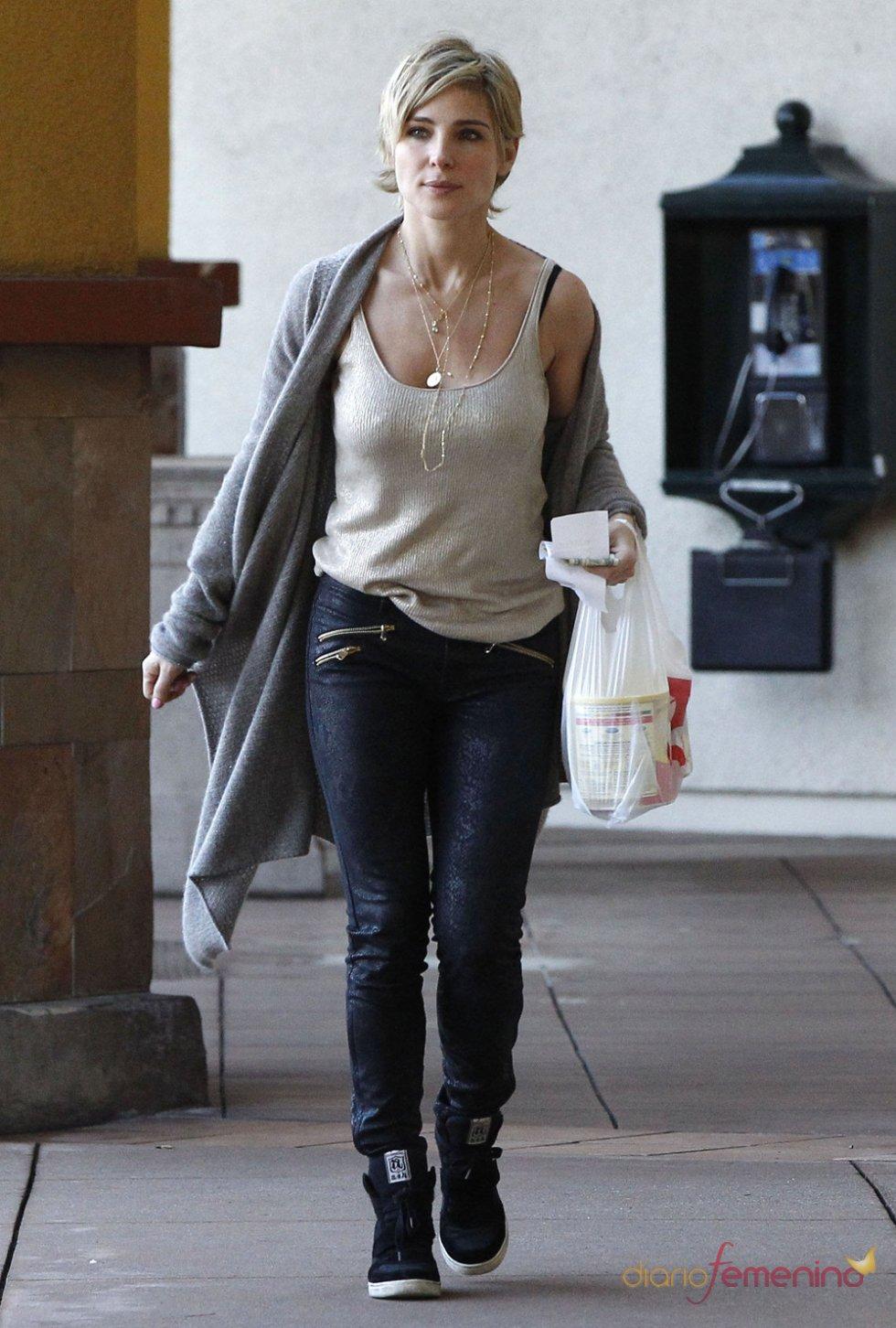 Look casual de Elsa Pataky con deportivas negras y camiseta de tirantes