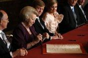 Momento en que la Reina Beatriz abdica en favor de su hijo Guillermo