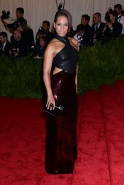 El look de Alicia Keys en la gala MET 2013 dedicada a la estética Punk
