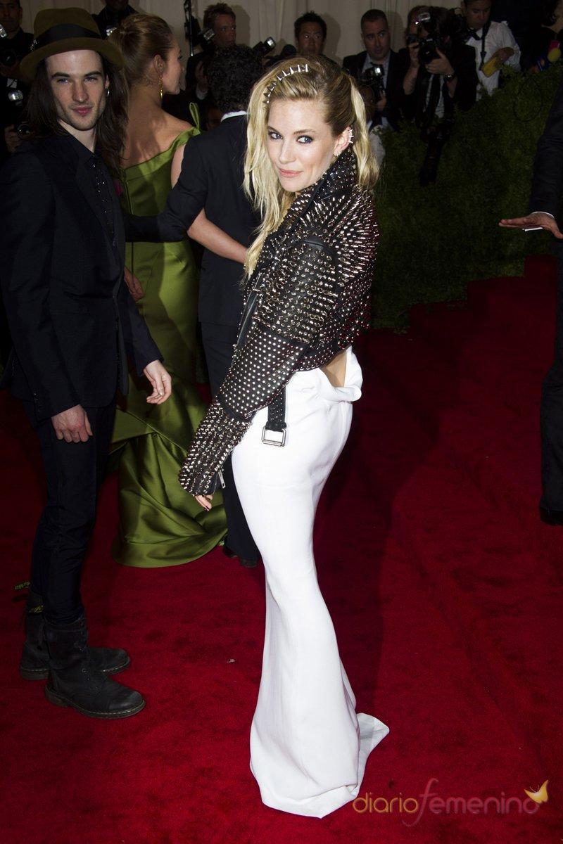 El look de Sienna Miller en la gala MET 2013 dedicada a la estética Punk