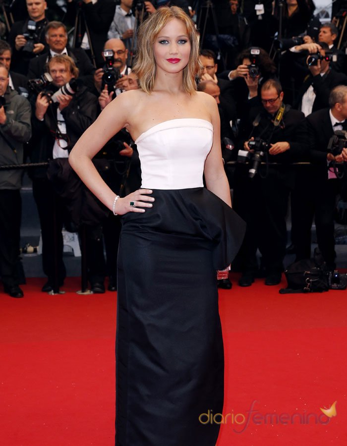 Jennifer Lawrence con un modelo blanco y negro en Cannes 2013