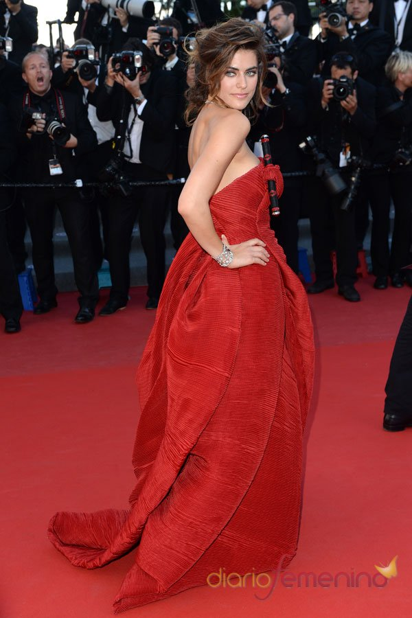 Allison Williams, una mujer de rojo en Cannes 2103