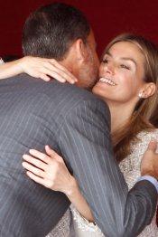Letizia y el abrazo al Príncipe Felipe en público
