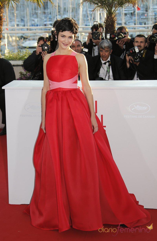 Audrey Tautou, una presentadora de ensueño con su look rosa y rojo