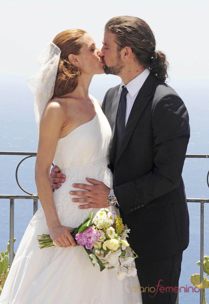 Beso de Raquel Sánchez SIlva y Mario Biondo el día de su boda
