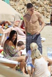 Fernando Torres junto a Olalla Domínguez y sus hijos Nora y Leo en Ibiza