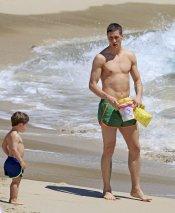 Fernando Torres junto a su hijo Leo jugando en la orilla