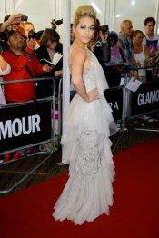 Rita Ora y su vestido de fiesta gris perla