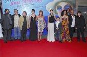 Elías Querejeta con su hija Gracia y otros actores en el festivald e cine de San Sebastián