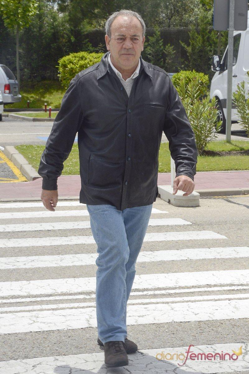 El actor Tito Valverde en la capilla ardiente de Elías Querejeta