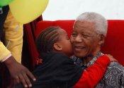 El abuelo del mundo negro: el Nelson Mandela más tierno