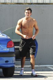 Mario Casas, sin camiseta y fumando, un auténtico James Dean