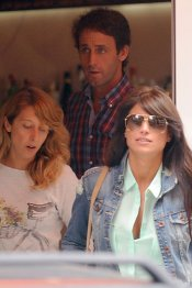 Sonia Ferrer y Álvaro Muñoz Escassi, a la salida de un restaurante