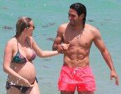 Radamel Falcao, sin camiseta y su mujer Lorelei Tarón, en la playa