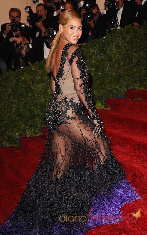 Beyoncé, más sexy si cabe con un vestido negro transparente