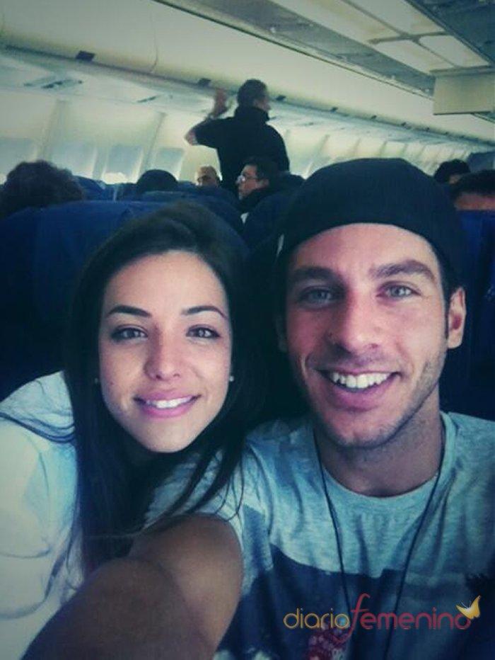 Kristian de GH 14 en el avión que le lleva a Canarias con Sonia Walls