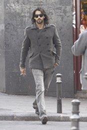 El actor Aitor Luna, fumando por las calles de Madrid