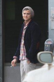 Ashton Kutcher, fumando durante una pausa de un rodaje