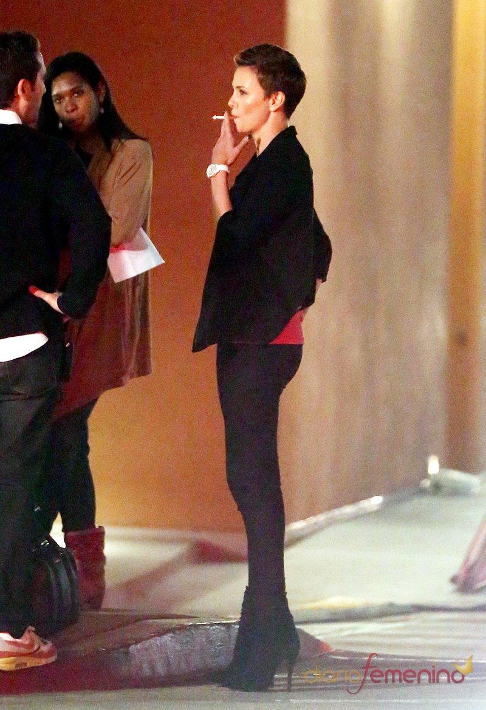 La guapa Charlize Theron, fumando antes de subirse a un coche