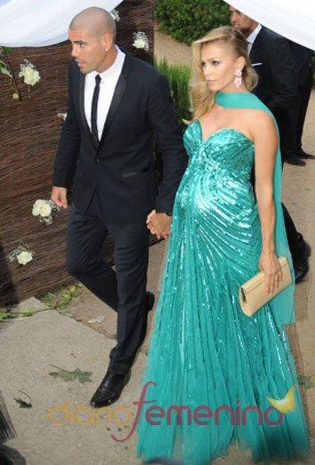 Victor Valdés y su mujer Yolanda Cardona en la boda de Xavi Hernández