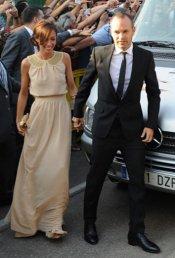 Andrés Iniesta y su mujer Anna Ortiz en la boda de Xavi Hernández y Nuria Cunillera