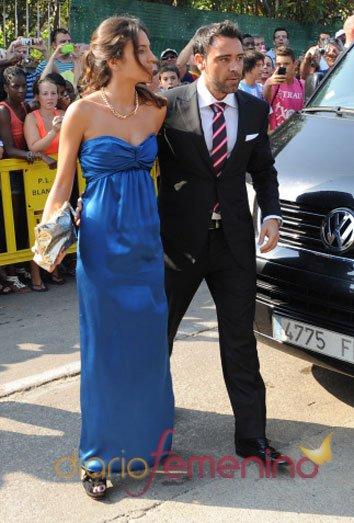 Alex Hernandez y su pareja en la boda de su hermano Xavi Hernández y Nuria Cunillera