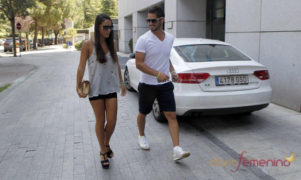 Isco y su novia Victoria paseando tras su fichaje por el Real Madrid