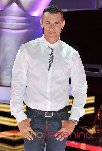 Jesús Vázquez posa en el plató de 'La Voz' de Telecinco