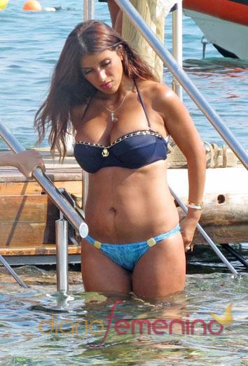 Daniela Seeman, la novia de Cesc Fábregas, luce cuerpazo en bikini después de dar a luz