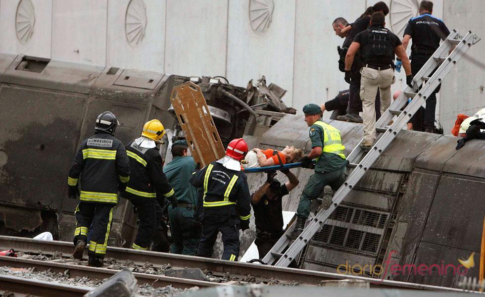 Labores de rescate en la tragedia ferroviaria de Galicia por el descarrilamiento de un tren Alvia Madrid-Ferrol