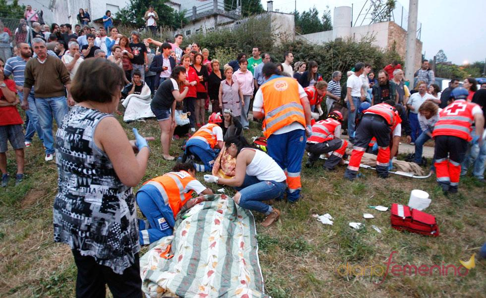 Los vecinos de la zona acuden al lugar del accidente ferroviario en Galicia que ha dejado, al menos, 77 muertos y 140 heridos