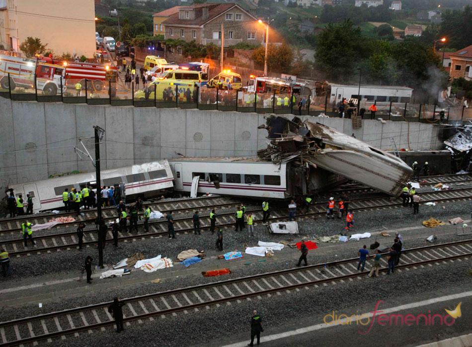 El tren Alvia descarrilado en la zona de Angrois ha quedado destrozado y deja,  al menos, 77 muertos y 140 heridos