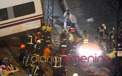 Los bomberos trabajan sin descanso para sacar víctimas de los vagones del convoy descarrilado en Galicia
