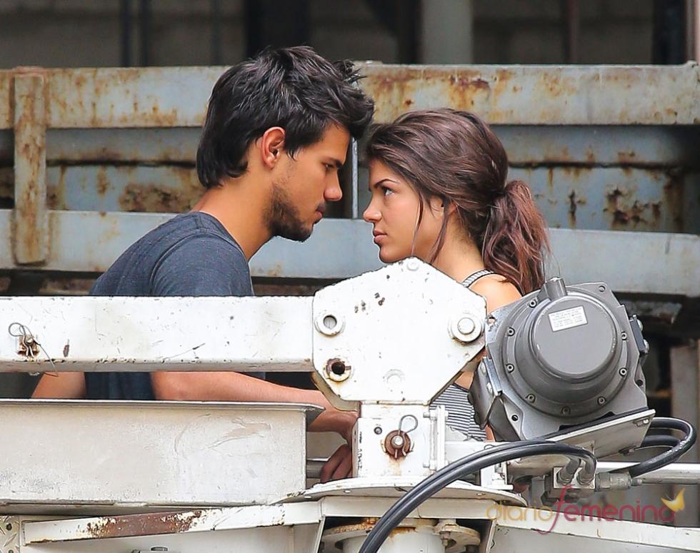 Taylor Lautner y Margie Avgeropoulos juntos