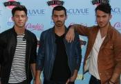 Los Jonas Brothers aún despiertan pasiones entre las fans de los TCA 2013