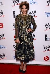 Vanessa Hudgens con un extraño vestido en una fiesta benéfica