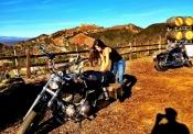 Marie Avgeropoulos es la nueva novia de Taylor Lautner y una chica motera