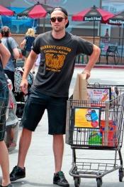 Robert Pattinson es una estrella, pero también hace la compra