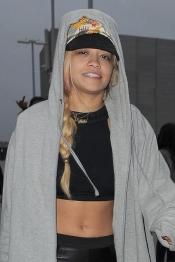 La cantante Rita Ora más al natural que nunca