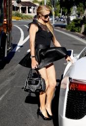 El viento y un vestido muy corto hacen a Paris Hilton pasar un mal momento