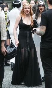 Lindsay Lohan enseña piernas con un vestido con transparencias