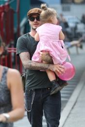 David Beckham juega en el parque con su hija Harper Seven