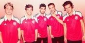 Muy guapos los One Direction con la camiseta de la selección de Dinamarca