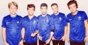 Los chicos de One Direction con la camiseta de la selección de Francia